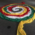 Tücher zur Mitte gelegt in den Nationalfarben der Flagge von Simbabwe im März 2020